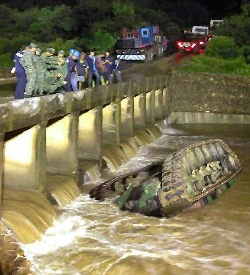 漢光演習預演戰車墜溪,除駕駛有逃生外,塔內四官兵受困一小時才被救出,造成三死一重傷。圖/聯合報系資料照片