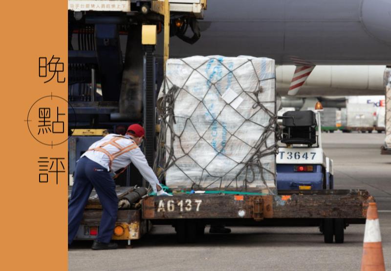 我國採購的莫德納疫苗,8月15日到貨24.96萬劑,由海關人員完成通關程序。圖/聯合報系資料照片