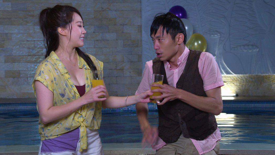 黃露瑤(左)、張哲豪初見面就泡在水裡,直喊尷尬。圖/民視提供