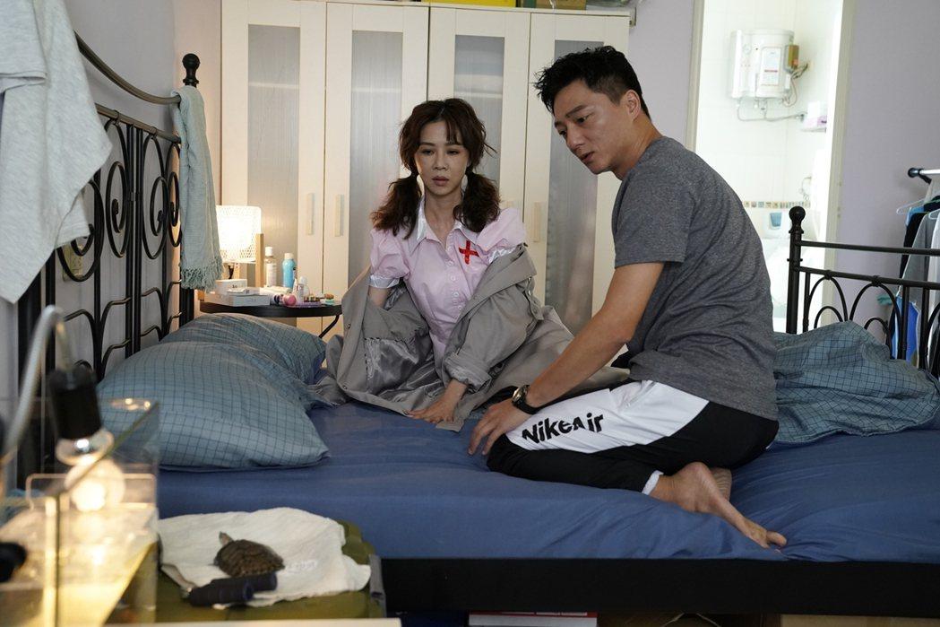 謝盈萱(左)、藍葦華「俗女2」床戲,因有烏龜觀戰瞬間冷卻。圖/華視、CATCHP...