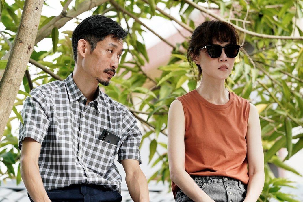 陳竹昇(左)、謝盈萱在「俗女2」中父女坐屋頂聊天畫面溫馨又爆笑。圖/華視、 CA...