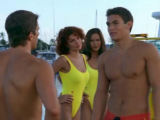傑森摩莫亞(右)出道之初曾在「海灘遊俠」演出。圖/摘自imdb