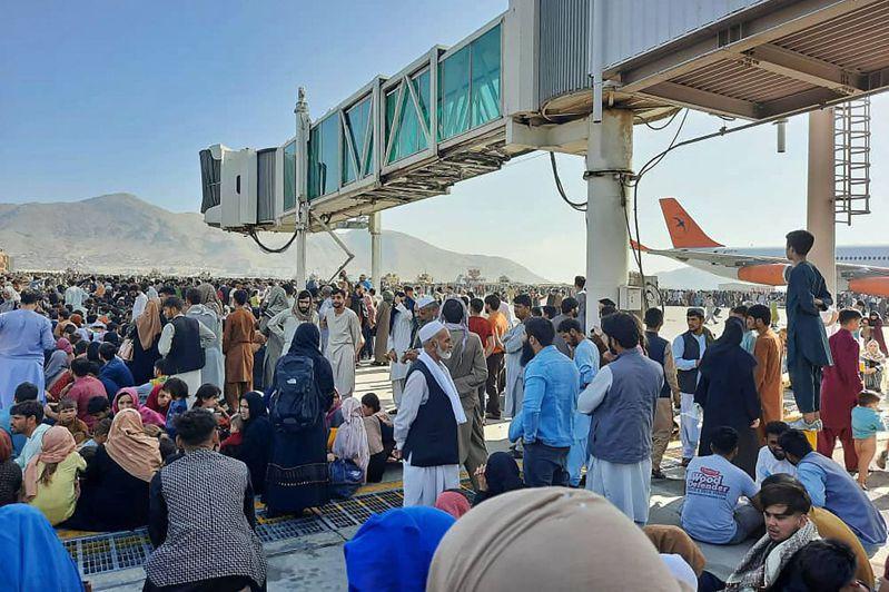 數以百計阿富汗人16日在喀布爾機場停機坪等著登機出逃。(法新社)