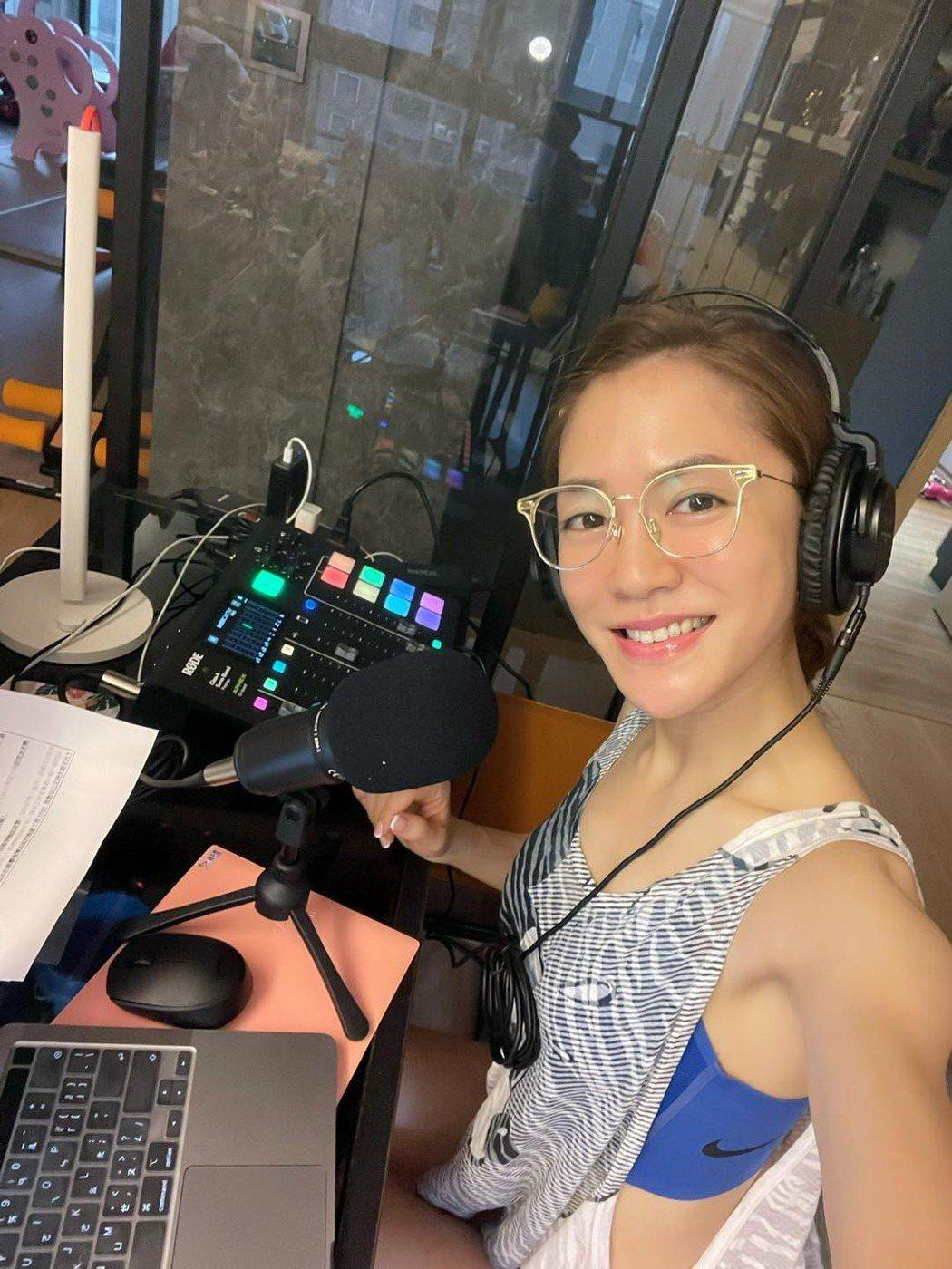 楊千霈在家錄製Podcast。圖/經紀人提供