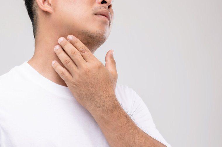 脖子腫是甲狀腺機能亢進的表徵之一。圖/123RF