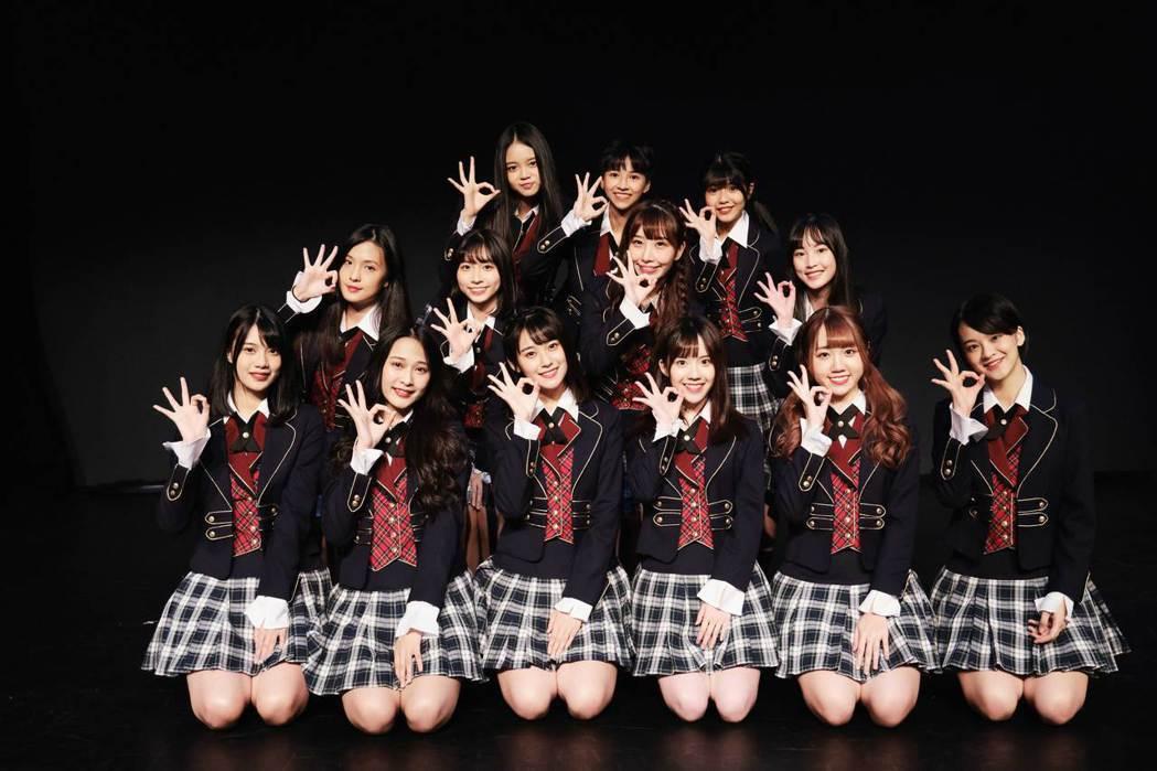 「AKB48 Team TP」成員云珏(前排左起)、林倢、語晴、品涵、佳俐、伊柔...