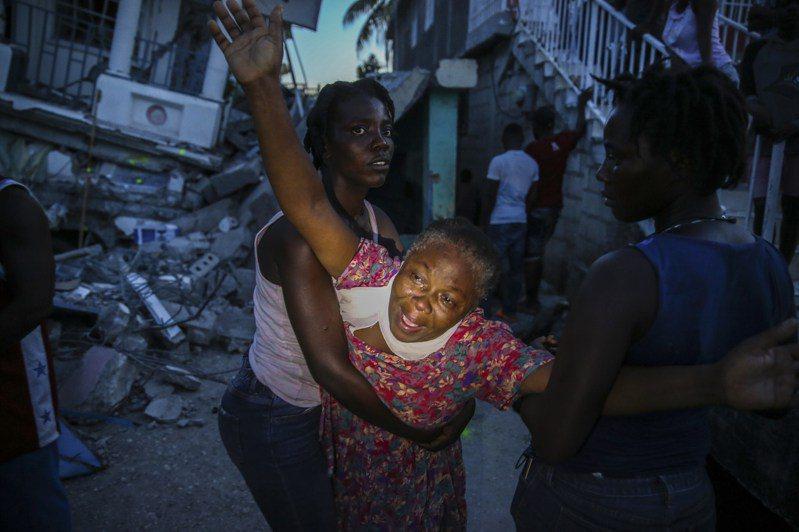 海地強震重災區萊凱市一名女子14日得知七歲女兒罹難,忍不住痛哭。美聯社