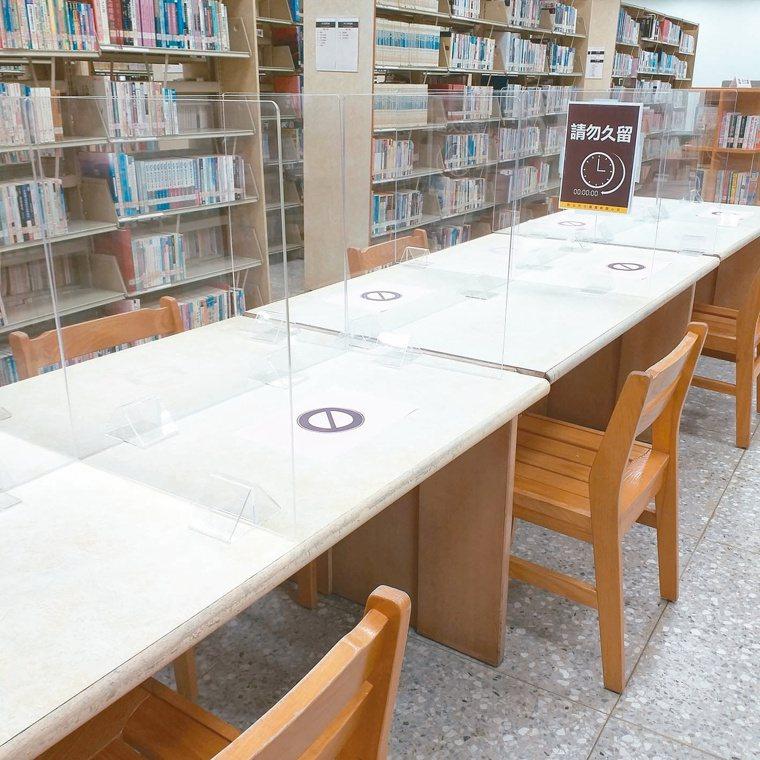圖書館解禁了,但新增隔板,提醒「請勿久留」。圖/覃事成提供