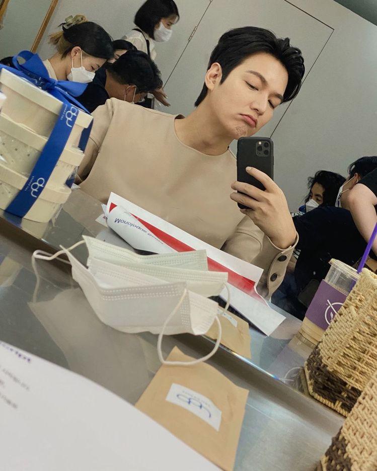李敏鎬在instagram分享了一張工作前的嘟嘴自拍照,更是一舉收到超過6.6萬...