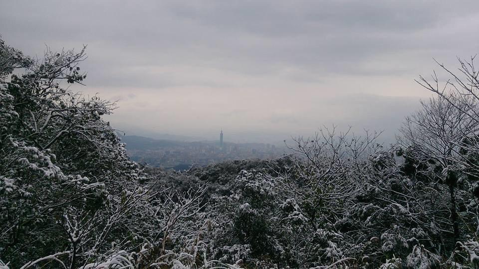 全球暖化的科學數據指出,台灣有可能在本世紀末告別冬天。圖為從冰封的汐止五指山眺望...