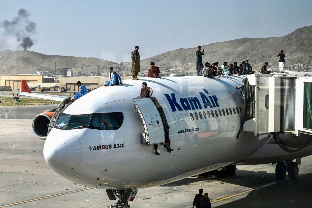 成千上萬的阿富汗逃亡平民,不斷恐慌衝撞全國唯一還開放的「空中逃生口」喀布爾國際機...