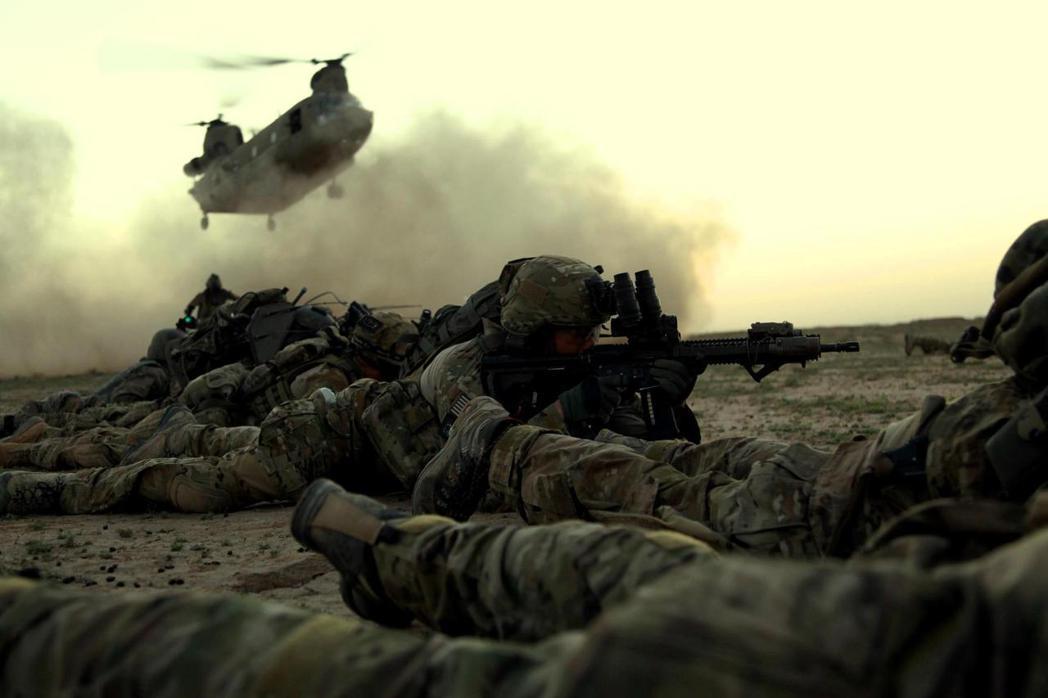 「阿富汗逃難者被甩下美軍撤離運輸機」的駭人影片,在16日震撼了整個世界,並對美國...