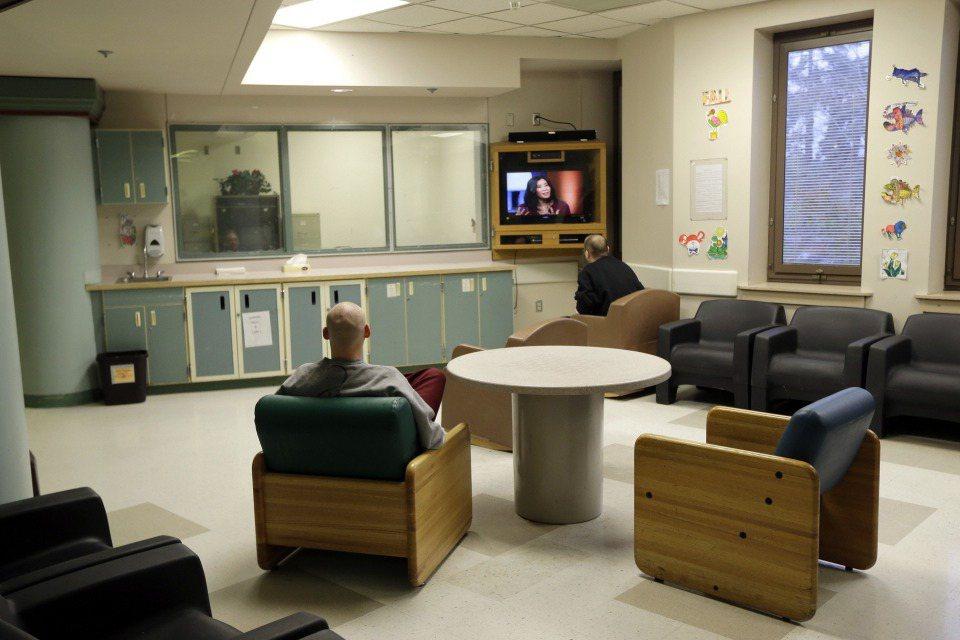 精神科醫師被教導用特殊的方式聆聽:他們會聽到我們大部分的人聽不見的訊號,他們會尋找我們大部分的人看不見的模式。圖為華盛頓州萊克伍德市西部州立醫院。 圖/美聯社