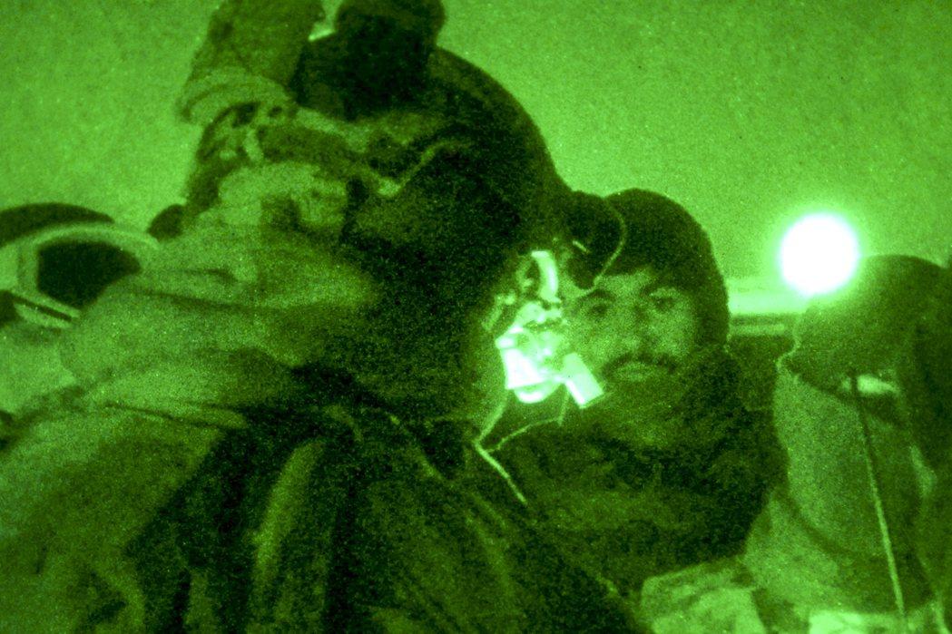 塔利班才從2004年開始逐漸復活,憑恐攻與農村游擊戰,重新在各地與美軍血戰糾纏,...