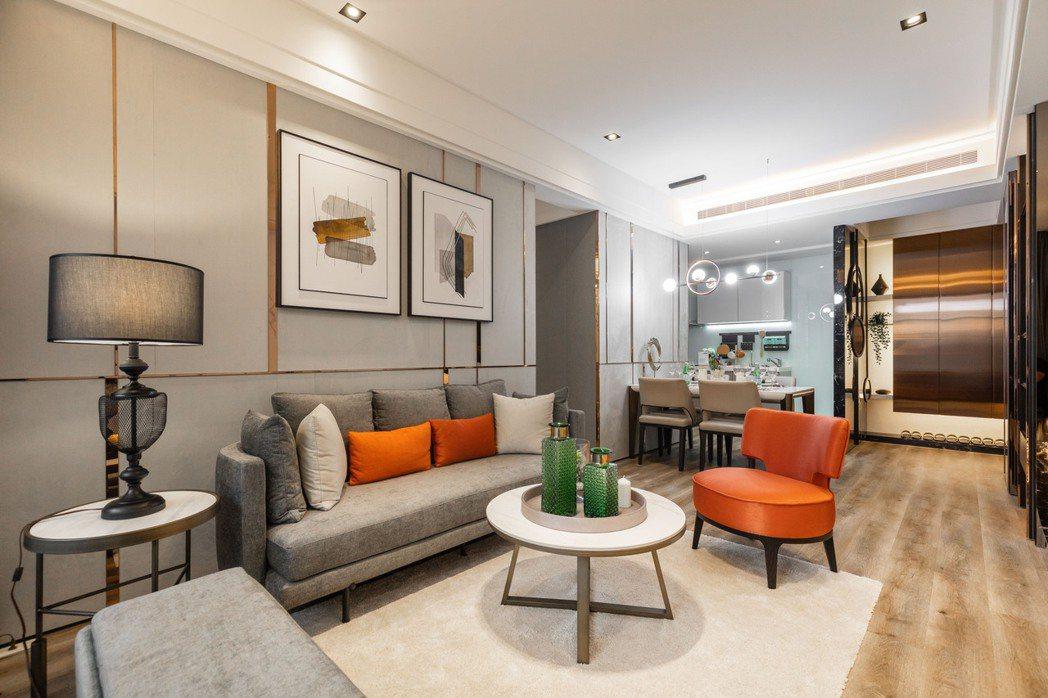 方正格局的客、餐廳動線流暢,使用機能在空間中溫馨地展開。