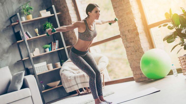 皮拉提斯啞鈴不僅強化核心、雕塑身型,又能能鍛煉肩膀、手臂。圖/Canva
