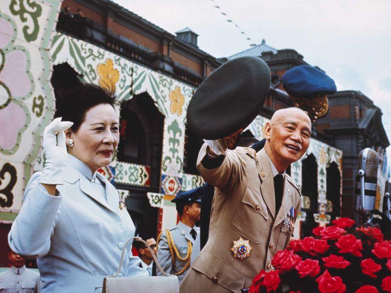 國民政府在1949年播遷來台後,接受美國的軍事和經濟援助,從此蔣介石與其夫人蔣宋美齡都擺脱不掉美國設定的冷戰秩序。 (Getty)