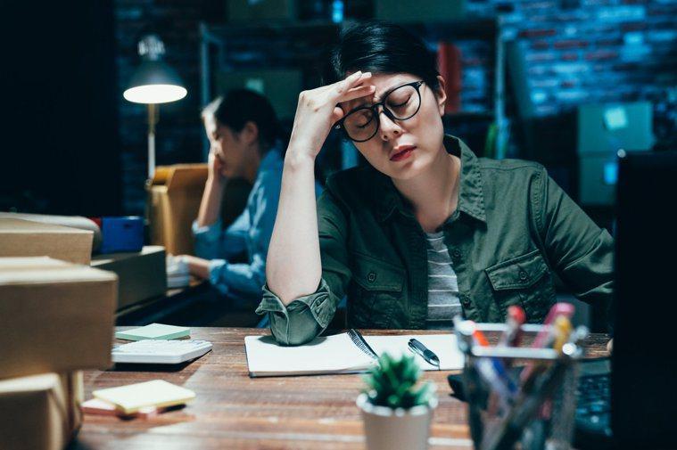 解封恢復正常上班後,容易感到疲累、心情差,你可能得了「開工症候群」。圖/123R...