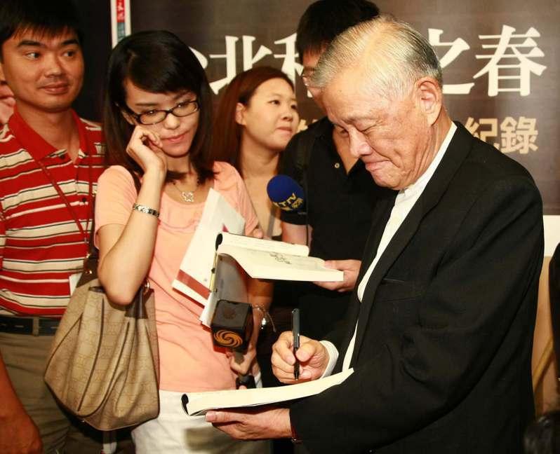前行政院長唐飛(右)出版新書「台北和平之春:閣揆唐飛的140天全紀錄」,舉行新書發表記者會,會後為媒體簽書。圖/聯合報系資料照片