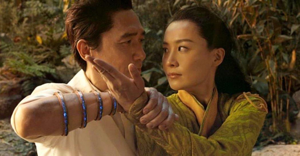 梁朝偉、陳法拉在「尚氣與十環傳奇」飾演夫妻。圖/摘自推特
