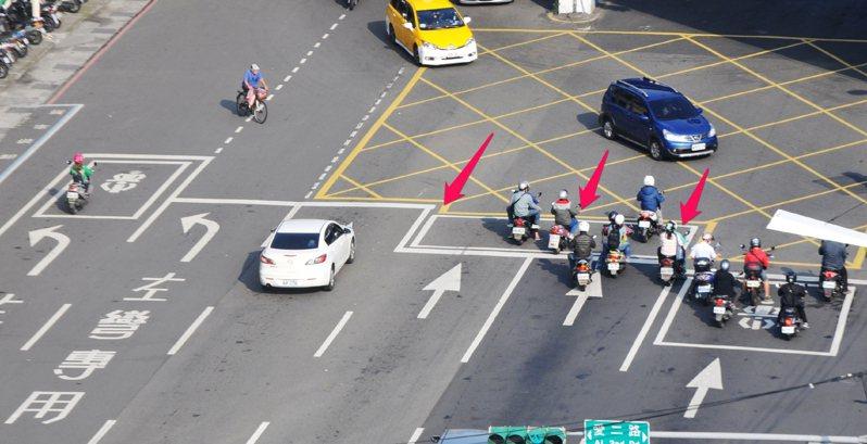 警方指出,不管是汽車或是機車駕駛人,在停等紅燈時,有些細節沒注意,違規了都不知道,其中機車最常犯的錯誤,就是超越停止線,甚至騎到待轉區等紅燈。圖/聯合報系資料照片