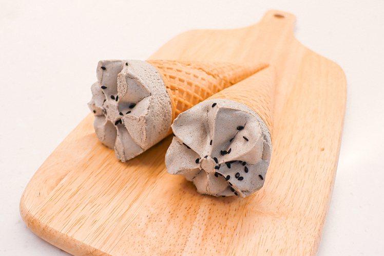 「韓國熊津黑芝麻年糕冰淇淋」內含QQ韓國年糕,打造雙重口感。圖/7-ELEVEN...