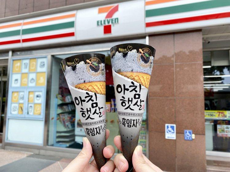 7-ELEVEN獨家限量開賣「韓國熊津黑芝麻年糕冰淇淋」,售價59元。圖/7-E...