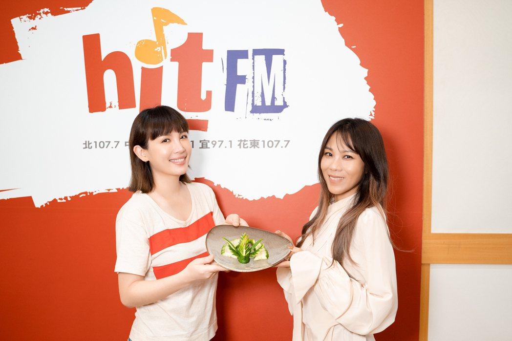 蔡健雅(左)獻雕花禮給魏如萱。圖/Hit Fm聯播網提供