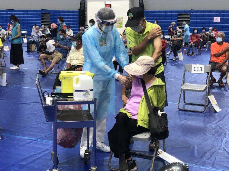 新北市新增2例打完疫苗後死亡個案,分別為86歲男性與93歲女性,圖為疫苗接種示意...