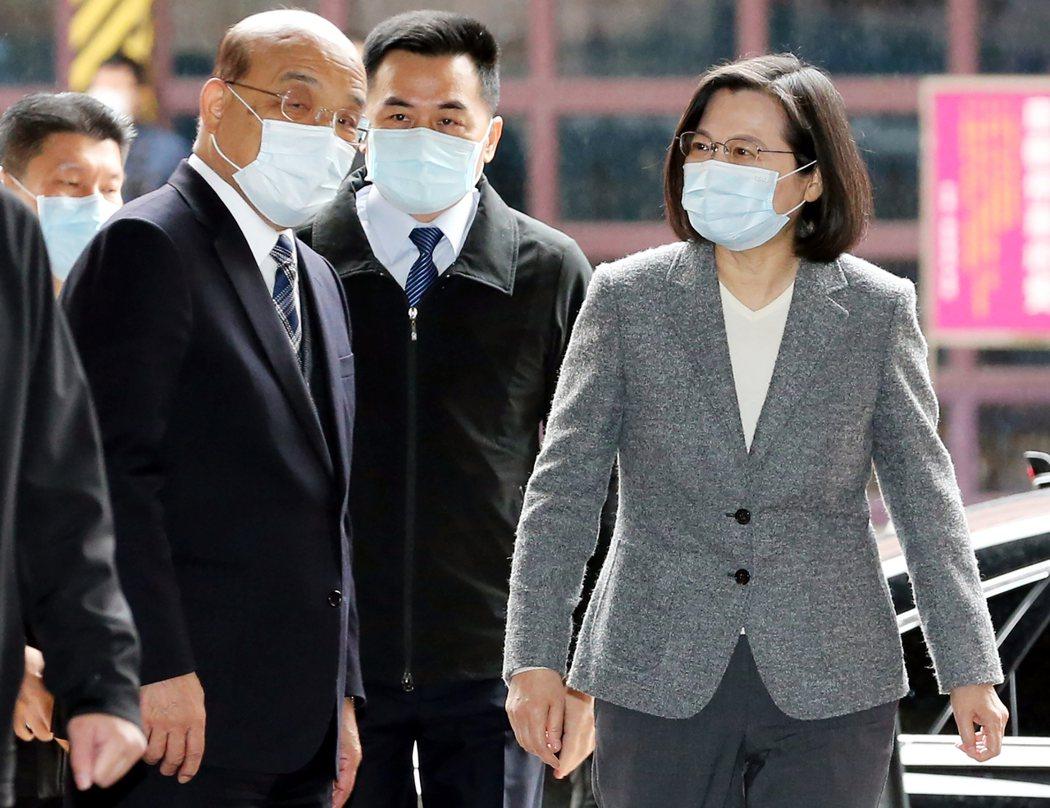 行政院長蘇貞昌(左)蔡英文總統(前右)。聯合報系資料照片