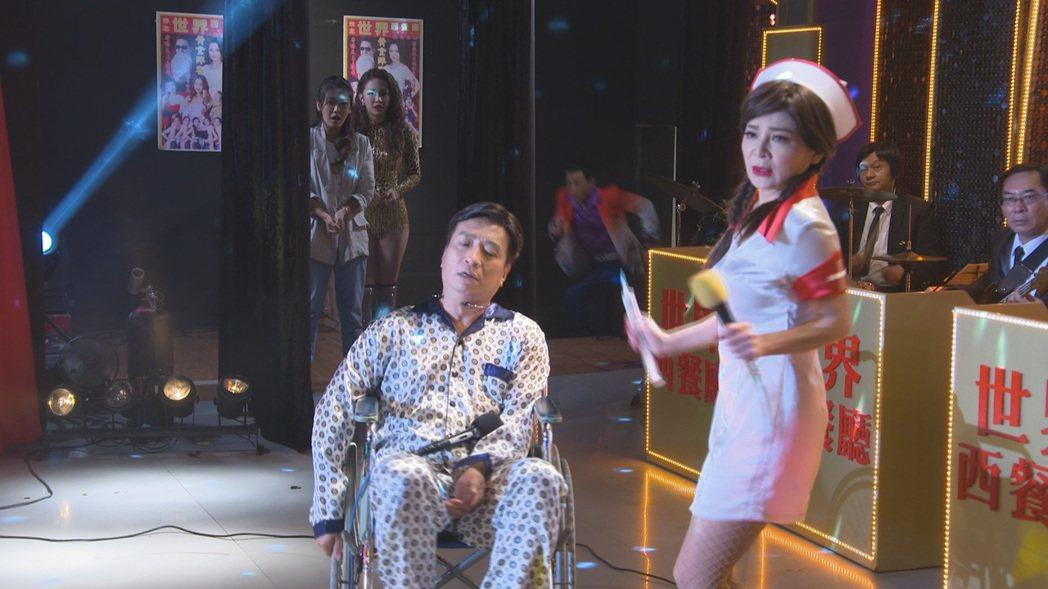 王彩樺(右)在「黃金歲月」中為了王中平,扮成俏護士登台。圖/民視提供