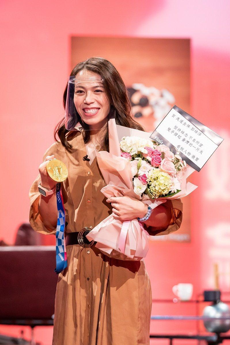 郭婞淳帶著奧運金牌上節目分享喜悅。圖/TVBS提供