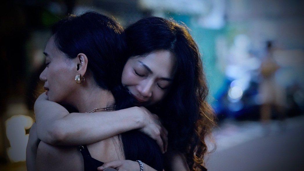 阿爆(左)、萬芳在「愛在黎明破曉時」MV飄出蕾絲情。圖/祈菩行提供