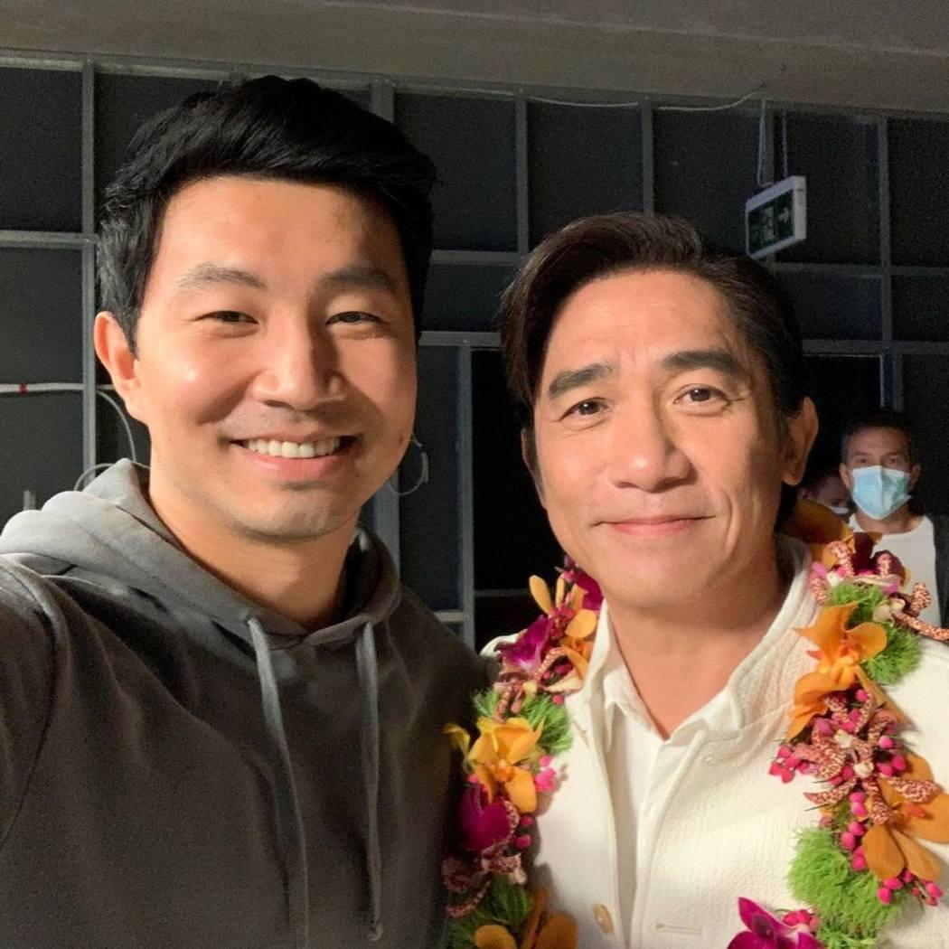 劉思慕(左)大讚偶像是梁朝偉,常在片場與對方合照。圖/摘自IG