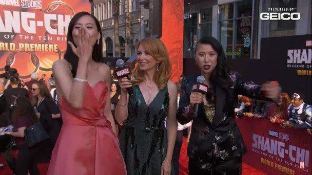 陳法拉在「尚氣」首映會直播影片,向粉絲獻上飛吻。圖/摘自YouTube