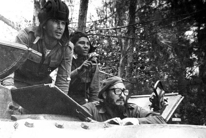 1961年豬玀灣事件發生,古巴領導人卡斯楚(下)從軍車探頭朝敵軍方向望。美聯社