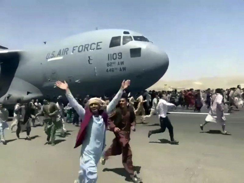 大批阿富汗人16日在喀布爾機場美軍C-17運輸機滑行起飛時,跟著飛機跑。(美聯社)