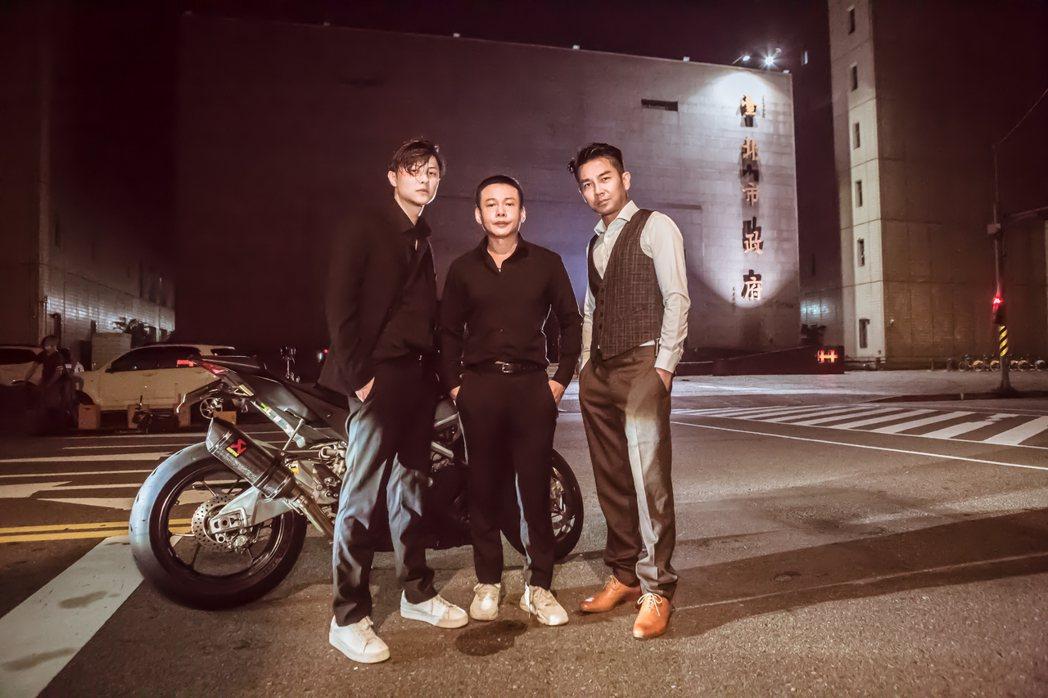 電影「山中森林」半夜在台北市政府前封街拍殺青戲,王子(左起)李康生和謝承均都是第