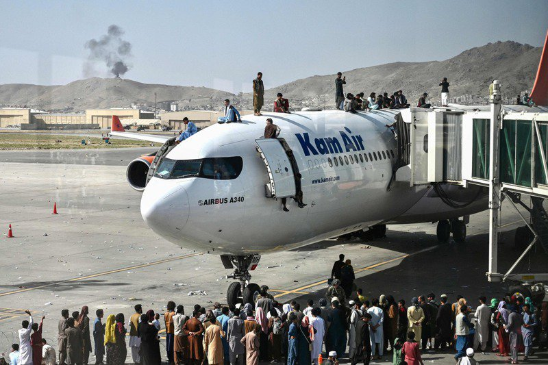 大批阿富汗人16日爬上喀布爾機場一架飛機,希望搭機出逃。法新社