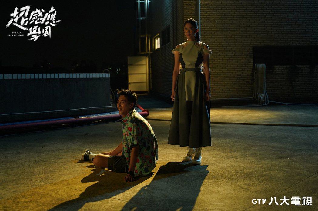 劉奕兒(右)在「超感應學園」劇中為愛犧牲。圖/八大電視提供