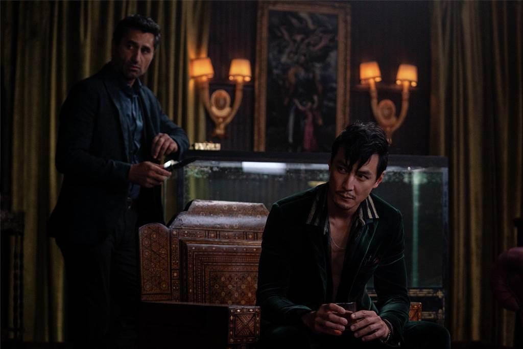 吳彥祖(右)在《追憶人》飾演反派毒梟。圖/華納兄弟提供