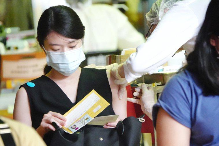 第六輪疫苗將於今中午截止預約,圖為民眾在台大醫院體育館接種疫苗。記者林伯東/攝影