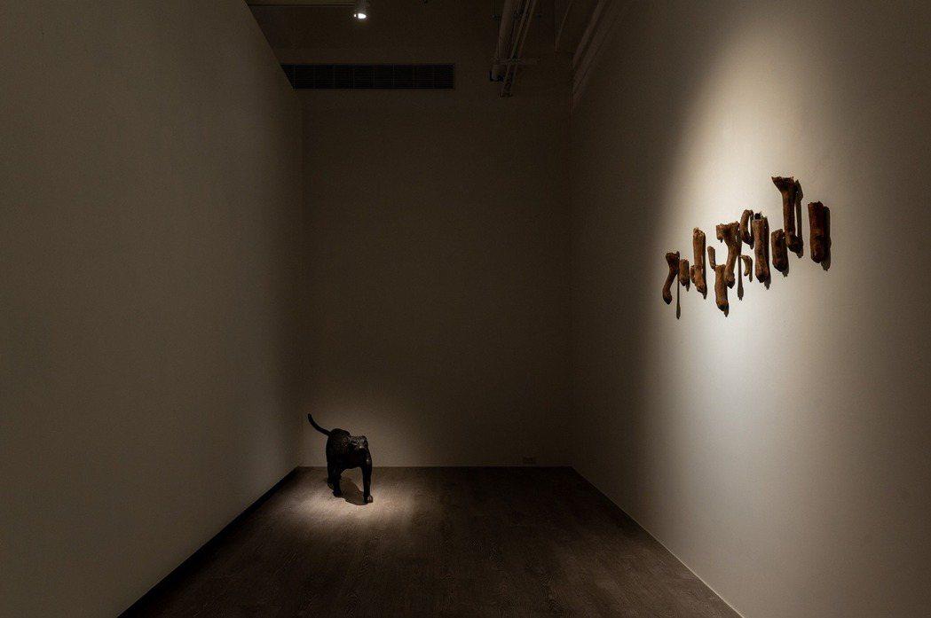 藝術家陳佑而運用天然創作媒材「生漆」,雕塑出等身比例,再現動物們栩栩如生的神態。...