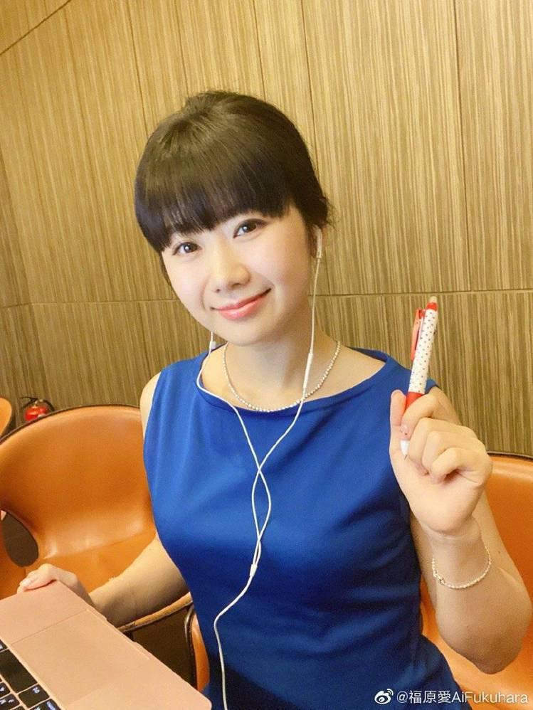 福原愛在奧運期間擔任電視台球評。圖/摘自微博
