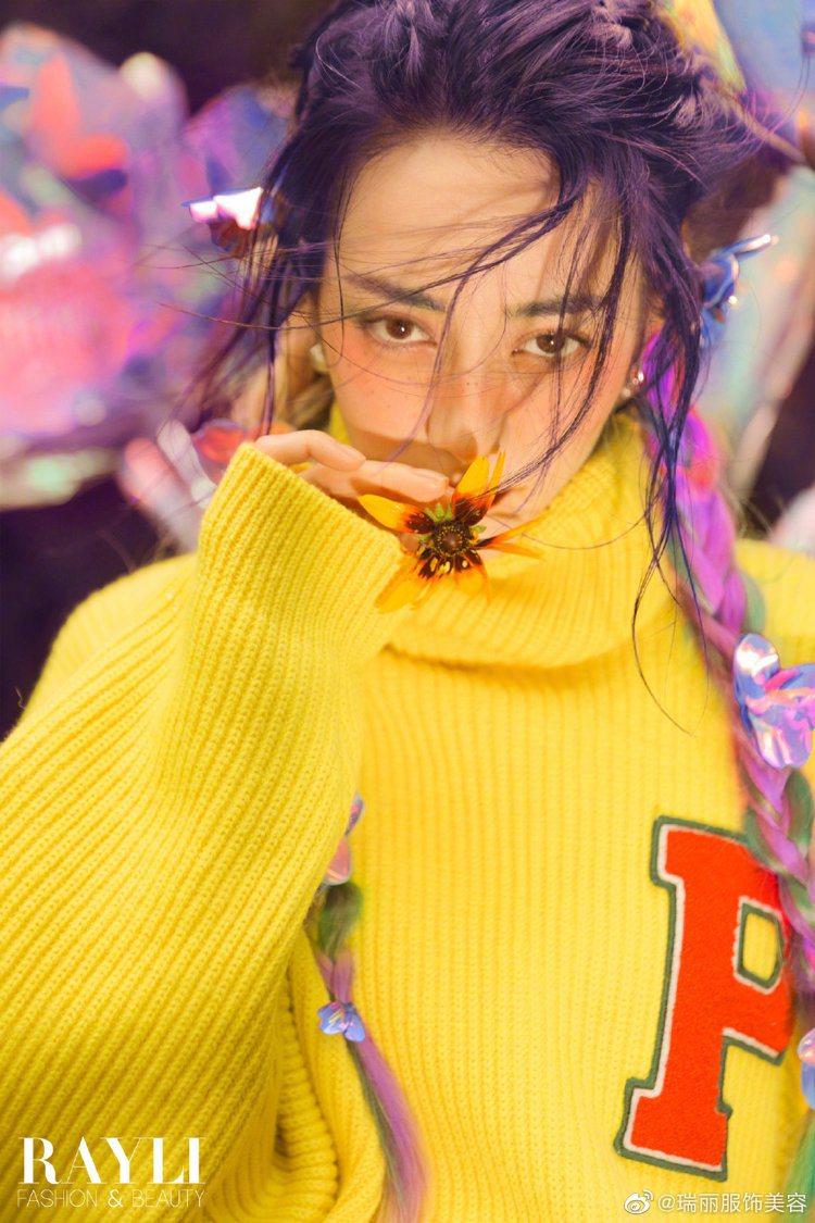 迪麗熱巴登封時尚大片。圖/摘自微博