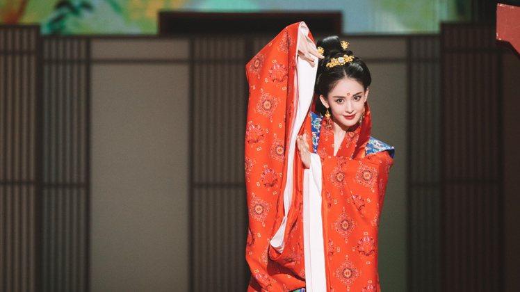古力娜扎初執主持棒,無論是現代造型還是唐裝穿搭,都美哭網友。圖/摘自微博