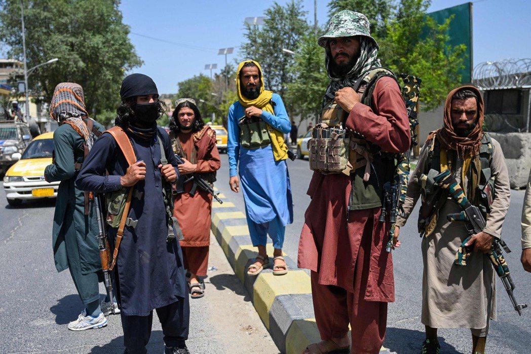 圖為在喀布爾的塔利班戰士。 圖/法新社