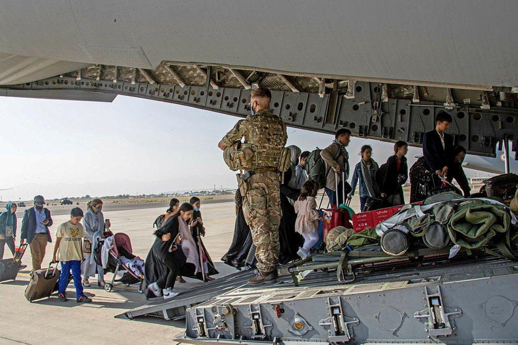 圖為撤退中的英國、或具有阿富汗和英國雙重國籍的人士。 圖/路透社