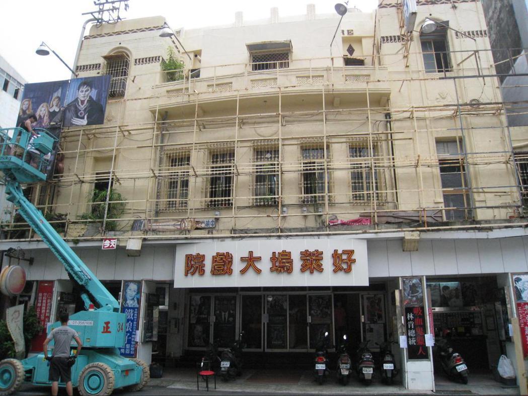 2013年上映的電影《阿嬤的夢中情人》於台南全美戲院實景拍攝,將全美戲院的門面裝飾成為戲中所需要之「好萊塢大戲院」。卸下電影看板後,戲院本身精致美麗的建築特色更能彰顯出來。 圖/遠足文化提供