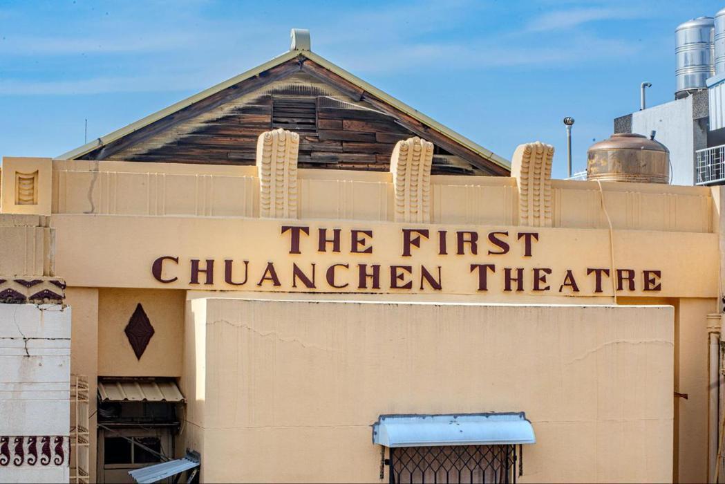 台南全美戲院原名為「第一全成戲院」,外牆的英文字樣至今未改舊時拼寫。 圖/遠足文化提供
